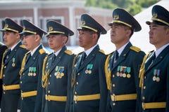 奇姆肯特,哈萨克斯坦- 2017年5月9日:军事战士在红军和苏联人民的胜利天伟大的 图库摄影