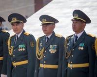 奇姆肯特,哈萨克斯坦- 2017年5月9日:军事战士在红军和苏联人民的胜利天伟大的 库存图片