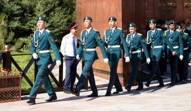 奇姆肯特,哈萨克斯坦- 2017年5月9日:军事战士在红军和苏联人民的胜利天伟大的 库存照片
