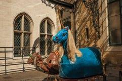 奇怪和一头小的可怕独角兽和骆驼上色了图,用于庆祝在布鲁塞尔 免版税库存照片