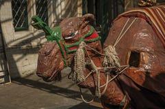 奇怪和一头小的可怕独角兽和骆驼上色了图,用于庆祝在布鲁塞尔 免版税库存图片