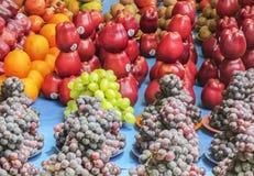 奇怪在中卖果子- arraneged,啪答声的市场地方 免版税库存图片