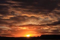 奇怪的云彩和非常红色日出 图库摄影