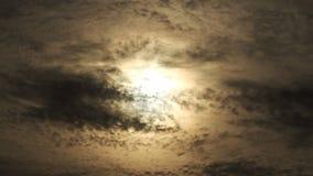 奇怪的太阳behinde黑暗的有雾的云彩 库存图片