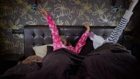 奇怪的夫妇醒并且拥抱 股票录像