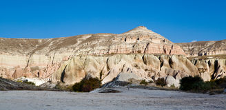 奇怪的岩层全景在卡帕多细亚 库存照片