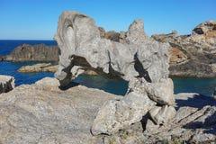 奇怪的岩层海滨Cap de Creus西班牙 库存照片