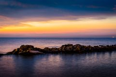 奇怪的岩石海岸线日落 免版税图库摄影