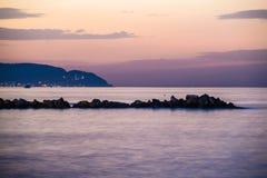 奇怪的岩石海岸线日落 库存图片