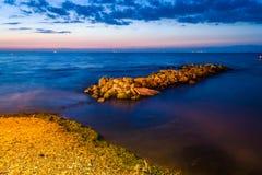 奇怪的岩石海岸线日落 图库摄影
