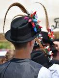 奇怪的帽子的民间舞蹈人 免版税库存照片