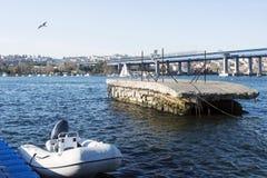 奇怪的形状的具体码头和小游艇船坞和一条小船在金黄垫铁在伊斯坦布尔,火鸡 库存图片