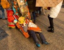 奇怪的无家可归者在手提箱在 免版税库存图片