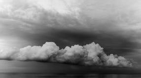 奇怪黑&白色云彩的形状全景  库存图片