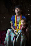 奇恩角部落刺字了妇女(Muun)和儿子 免版税库存照片