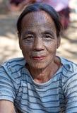 奇恩角部落被刺字的妇女,缅甸 库存照片
