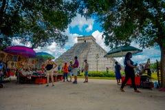 奇琴伊察,墨西哥- 2017年11月12日:买与的未认出的人民美好和五颜六色的工艺品被弄脏 库存照片