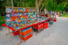 奇琴伊察,墨西哥- 2017年11月12日:买美好和五颜六色的工艺品的未认出的人民, chichen itza 免版税库存图片