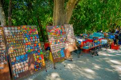 奇琴伊察,墨西哥- 2017年11月12日:买美好和五颜六色的工艺品的未认出的人民, chichen itza 库存照片