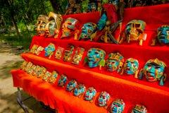 奇琴伊察,墨西哥- 2017年11月12日:五颜六色的面具室外看法,在一个红色帐篷位于户外里面  免版税库存图片