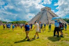 奇琴伊察,墨西哥- 2017年11月12日:享用和为奇琴伊察scupture,一照相的未认出的人民 免版税图库摄影