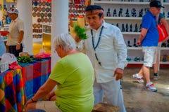 奇琴伊察,墨西哥- 2017年11月12日:使用植物的室内观点的印地安可汗治疗在a里面的一个老妇人 免版税库存照片