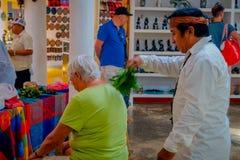 奇琴伊察,墨西哥- 2017年11月12日:使用植物的室内观点的印地安可汗治疗在a里面的一个老妇人 库存照片
