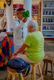奇琴伊察,墨西哥- 2017年11月12日:使用植物的室内观点的印地安可汗治疗在a里面的病的人 免版税库存照片