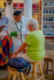 奇琴伊察,墨西哥- 2017年11月12日:使用植物的室内观点的印地安可汗治疗在a里面的病的人 库存图片