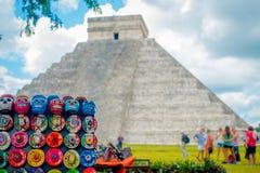 奇琴伊察,墨西哥- 2017年11月12日:关闭与Chichen的被弄脏的图象的美好和五颜六色的工艺品 免版税库存图片