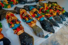 奇琴伊察,墨西哥- 2017年11月12日:关闭五颜六色玛雅陶瓷,在古老玛雅艺术的一个规则主题 免版税库存图片