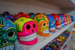 奇琴伊察,墨西哥- 2017年11月12日:关闭五颜六色的玛雅陶瓷头骨,在古老的一个规则主题 免版税图库摄影