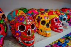 奇琴伊察,墨西哥- 2017年11月12日:关闭五颜六色的玛雅陶瓷头骨,在古老的一个规则主题 库存图片