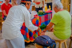 奇琴伊察,墨西哥- 2017年11月12日:关闭使用植物的印地安可汗治疗在商店里面的一个老妇人 免版税库存图片