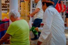 奇琴伊察,墨西哥- 2017年11月12日:关闭使用植物的印地安可汗治疗在商店里面的一个老妇人 库存照片