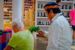 奇琴伊察,墨西哥- 2017年11月12日:关闭使用植物的印地安可汗治疗在商店里面的一个老妇人 库存图片