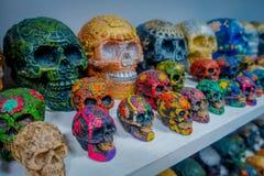 奇琴伊察,墨西哥- 2017年11月12日:关闭美丽和五颜六色的玛雅陶瓷头骨,一个规则主题  免版税库存图片
