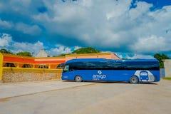 奇琴伊察,墨西哥- 2017年11月12日:游人巨大的蓝色公共汽车室外看法在一个停车场停放了接近 库存照片