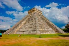 奇琴伊察,墨西哥- 2017年11月12日:美丽的景色奇琴伊察,其中一个被参观的考古学站点 库存照片