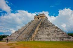 奇琴伊察,墨西哥- 2017年11月12日:美丽的景色奇琴伊察,其中一个被参观的考古学站点 库存图片