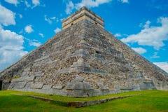 奇琴伊察,墨西哥- 2017年11月12日:美丽的景色奇琴伊察,其中一个被参观的考古学站点 免版税库存图片