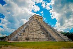奇琴伊察,墨西哥- 2017年11月12日:美好的多云看法奇琴伊察,一被参观的考古学 免版税图库摄影