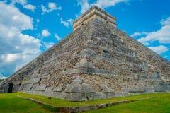 奇琴伊察,墨西哥- 2017年11月12日:美好的室外看法奇琴伊察,一被参观的考古学 库存照片