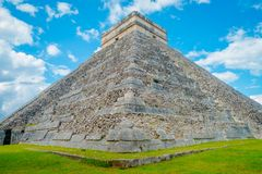 奇琴伊察,墨西哥- 2017年11月12日:美好的室外看法奇琴伊察,一被参观的考古学 图库摄影