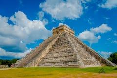 奇琴伊察,墨西哥- 2017年11月12日:著名金字塔的步在奇琴伊察的尤卡坦半岛的在墨西哥 免版税图库摄影