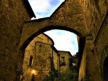 奇维塔二巴尼奥雷焦,维泰博,意大利省的镇  历史、时间、建筑学、曲拱、墙壁、天空和秀丽 免版税库存图片