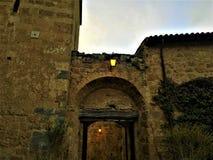 奇维塔二巴尼奥雷焦,维泰博,意大利省的Etruscan镇  灯、曲拱和入口 库存照片