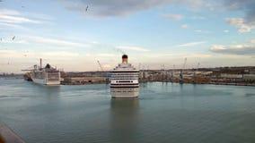 奇维塔韦基亚,意大利- 2018年10月05日:巡航划线员回旋在港水区域 股票视频