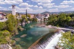 奇维达莱德尔夫留利美好的全景和在Natisone河,乌迪内,弗留利Venezia朱莉娅,意大利的瀑布 免版税图库摄影