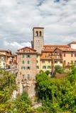 奇维达莱德尔夫留利,意大利:老市中心的看法与传统建筑学的 有透明的河Natisone 免版税图库摄影